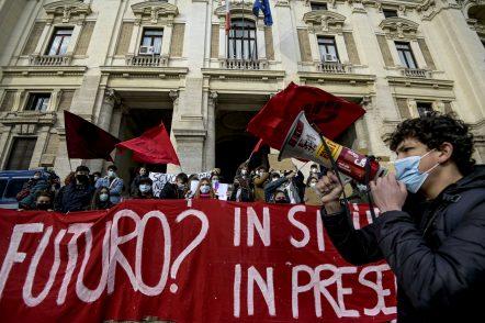 caos-scuole,-studenti-in-piazza-contro-la-didattica-a-distanza:-«ridateci-il-futuro»