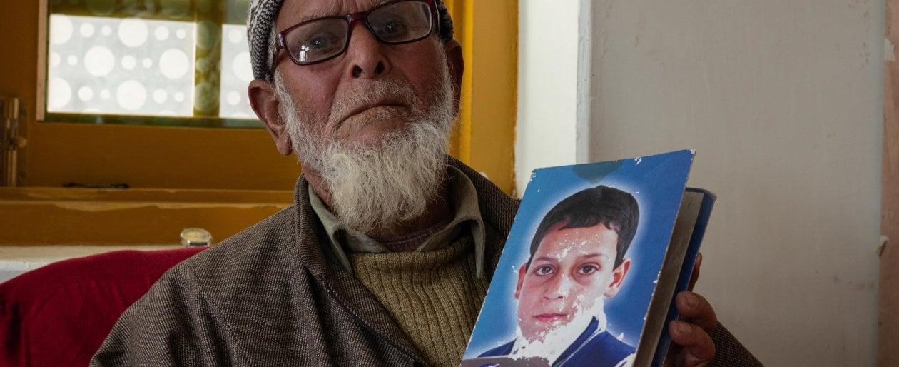 """kashmir,-il-padre-che-si-scava-la-tomba-per-protesta-contro-l'esercito:-""""ridatemi-il-corpo-di-mio-figlio,-o-mi-seppellisco-vivo"""""""