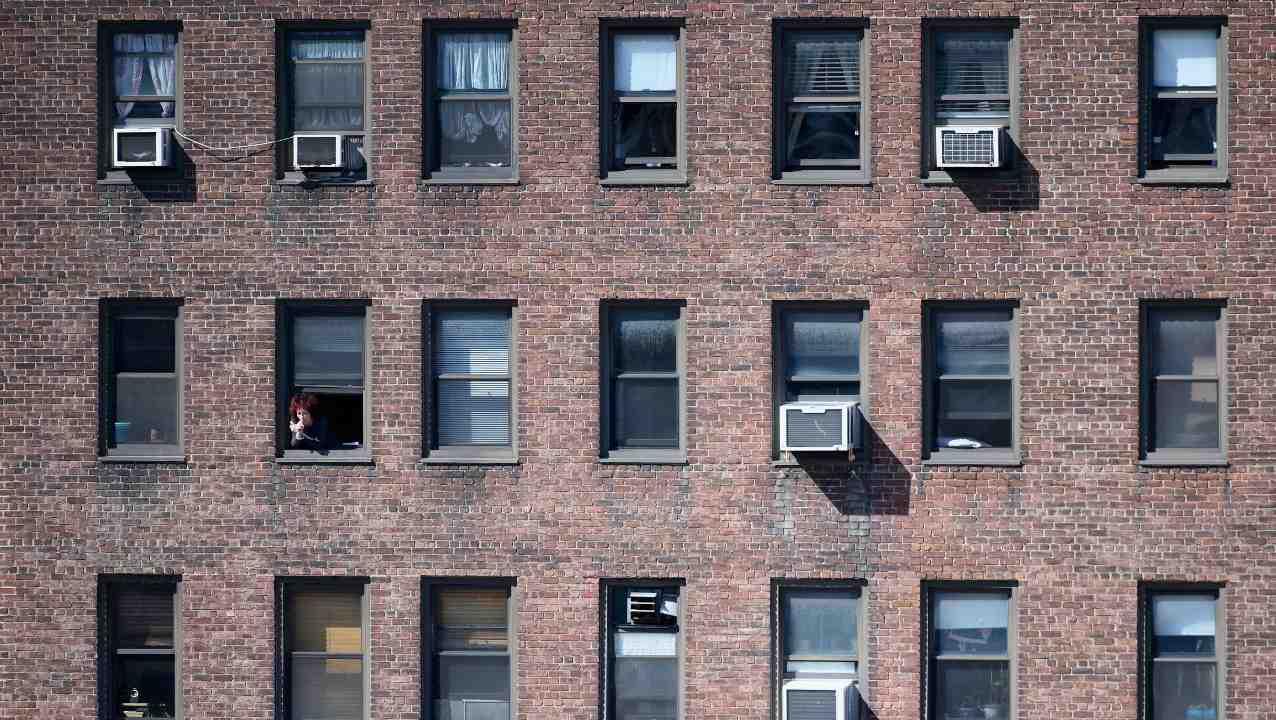 donna-incinta-di-3-mesi:-si-lancia-dalla-finestra