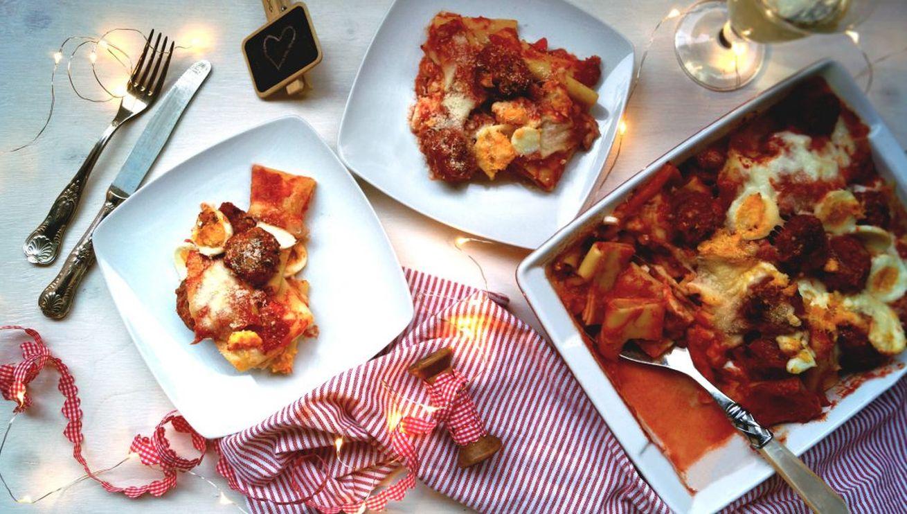 pasta-al-forno-con-polpettine-e-uova-sode
