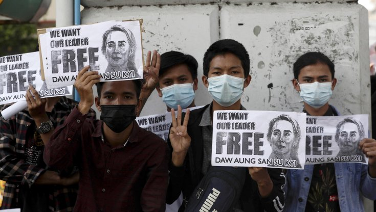 """myanmar,-manifestazioni-in-tutto-il-paese-con-""""il-saluto-delle-tre-dita"""""""