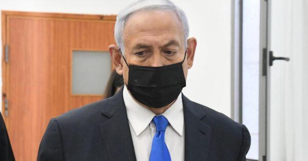 netanyahu-in-tribunale-per-il-processo-per-corruzione,-fuori-l'aula-protesta-dei-manifestanti-contro-'bibi'