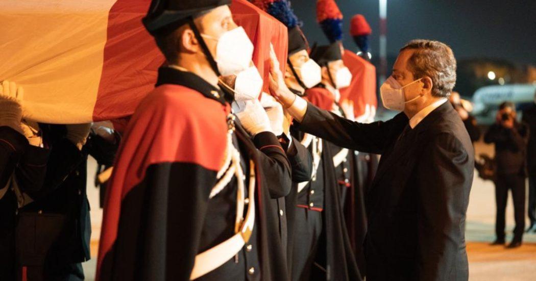 le-salme-dell'ambasciatore-attanasio-e-del-carabiniere-iacovacci-arrivate-a-ciampino:-ad-attenderle-draghi,-di-maio-e-guerini