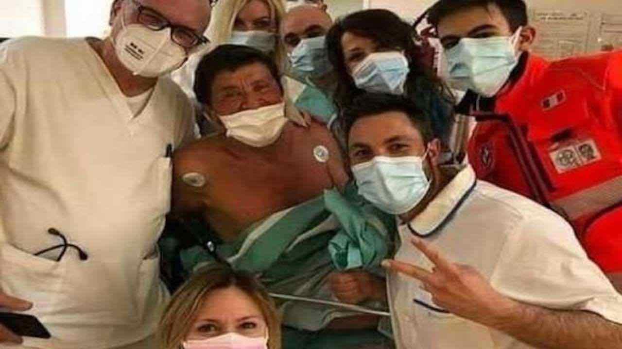 gianni-morandi-in-ospedale,-l'ira-dei-fan-per-la-foto-pubblicata-sui-social