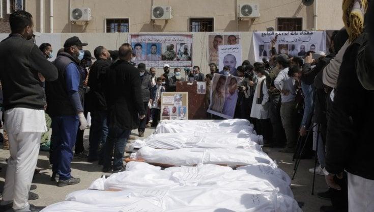 libia,-nell'inferno-di-tarhuna-7-fratelli-hanno-seminato-l'orrore:-funerale-collettivo-per-le-183-vittime-nelle-fosse-comuni