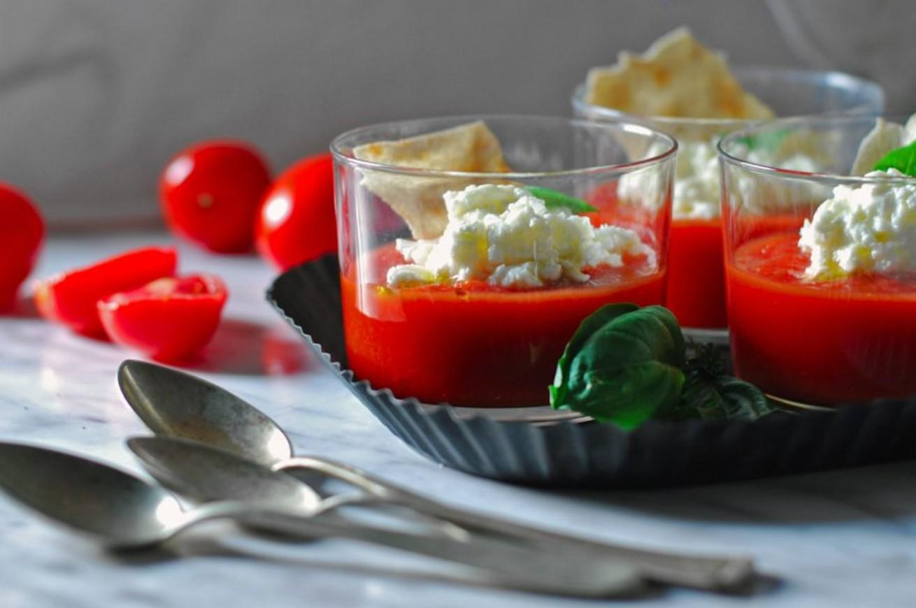 zuppa-di-pomodori-fredda-con-burrata