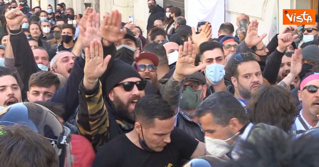 roma,-tra-i-manifestanti-anti-chiusure-spunta-anche-qualche-braccio-teso-–-video
