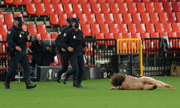granada-man-united,-scene-di-follia-senza-tifosi:-spunta-un-invasore-di-campo-completamente-nudo