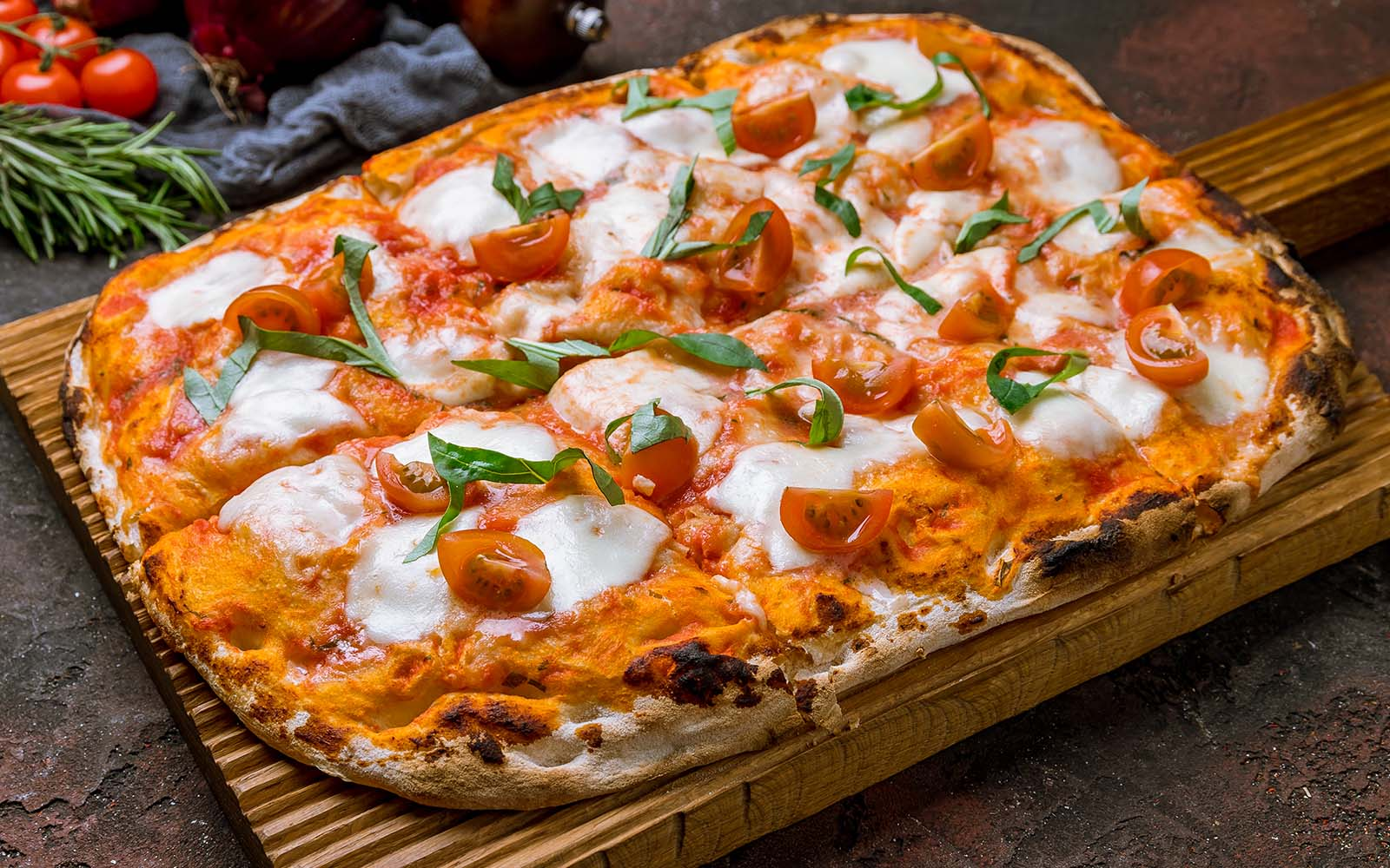 pizza-in-teglia-alla-romana:-tutti-i-passaggi-per-farla-davvero-bene