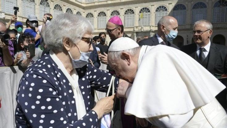 il-papa-bacia-il-tatuaggio-di-una-sopravvissuta-ai-lager-nazisti-che-subi-gli-esperimenti-medici-del-dottor-mengele