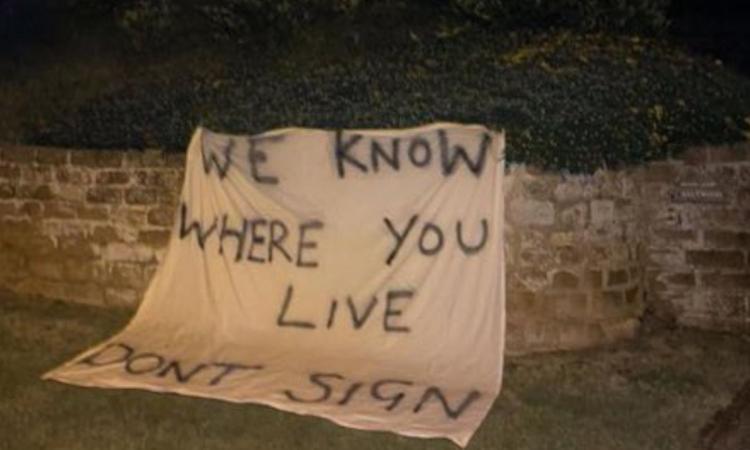 benitez-verso-l'everton,-striscione-di-minacce-dai-tifosi:-'sappiamo-dove-vivi,-non-firmare',-la-polizia-indaga