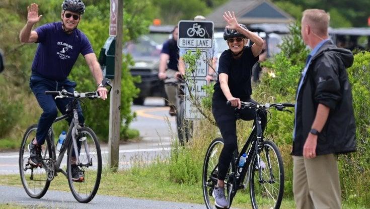 i-biden-in-bicicletta-per-festeggiare-i-70-anni-di-jill