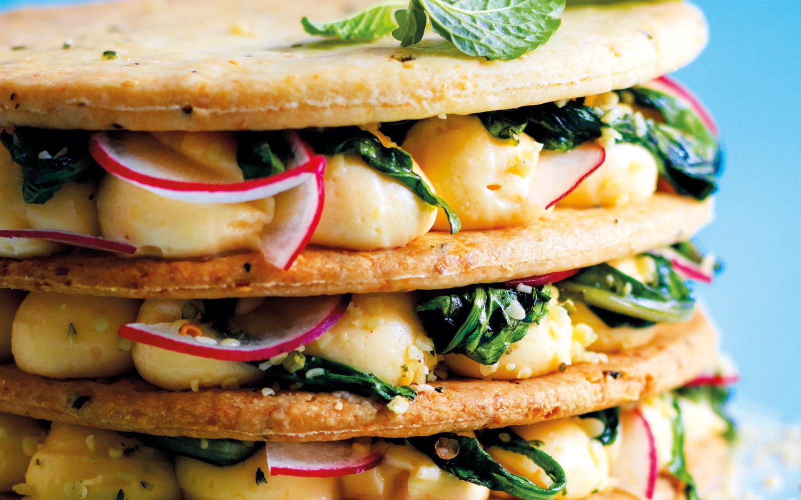 crema-salata,-ravanelli-e-tarassaco-tra-dischi-di-brisee
