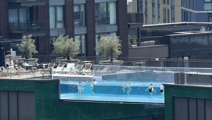 londra,-la-spettacolare-piscina-sospesa-tra-due-palazzi-diventa-il-simbolo-delle-disuguaglianze