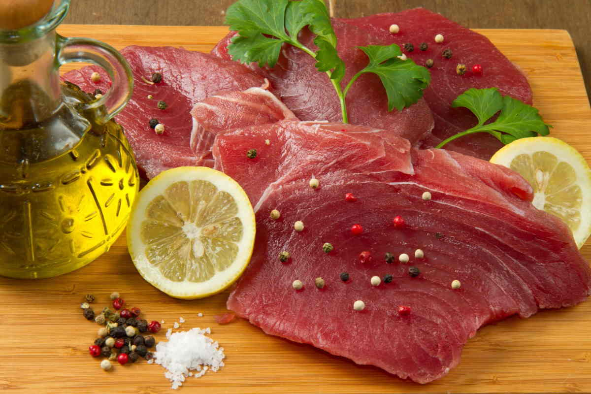 nove-persone-al-pronto-soccorso-per-aver-mangiato-tonno-contaminato:-sequestrate-4-tonnellate-di-pesce