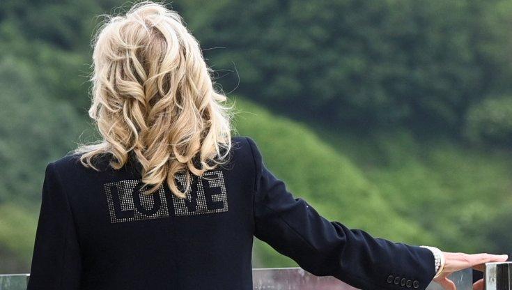 da-melania-a-jill,-la-politica-estera-usa-finisce-sulle-giacche-delle-first-lady