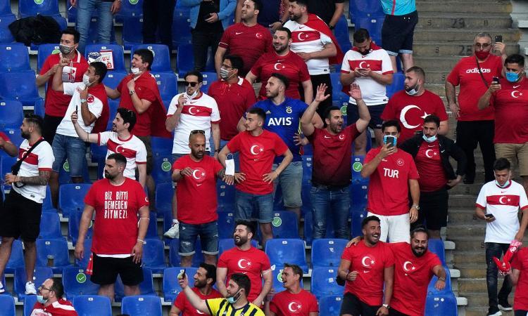 la-turchia-vince-la-sfida-sugli-spalti:-i-tifosi-italiani-sono-di-piu,-ma-credono-di-essere-a-teatro