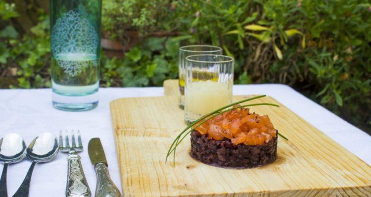 salmone-marinato-su-riso-venere