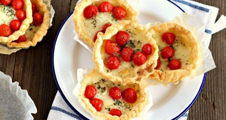 pizzette-di-pasta-sfoglia-con-pomodoro-e-mozzarella
