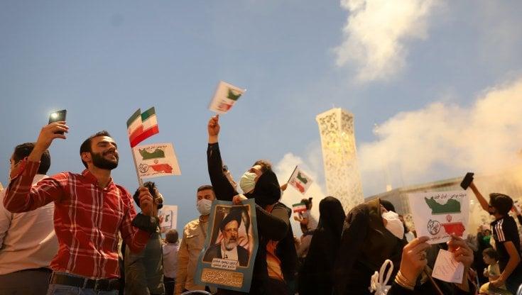 """iran,-nella-piazza-che-acclama-il-nuovo-presidente-raisi:-""""ora-il-paese-tornera-a-contare"""""""