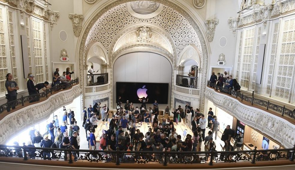 downtown-la.'s-first-talkie-theater-becomes-a-spectacular-apple-store,-and-preservationists-are-talking-it-up