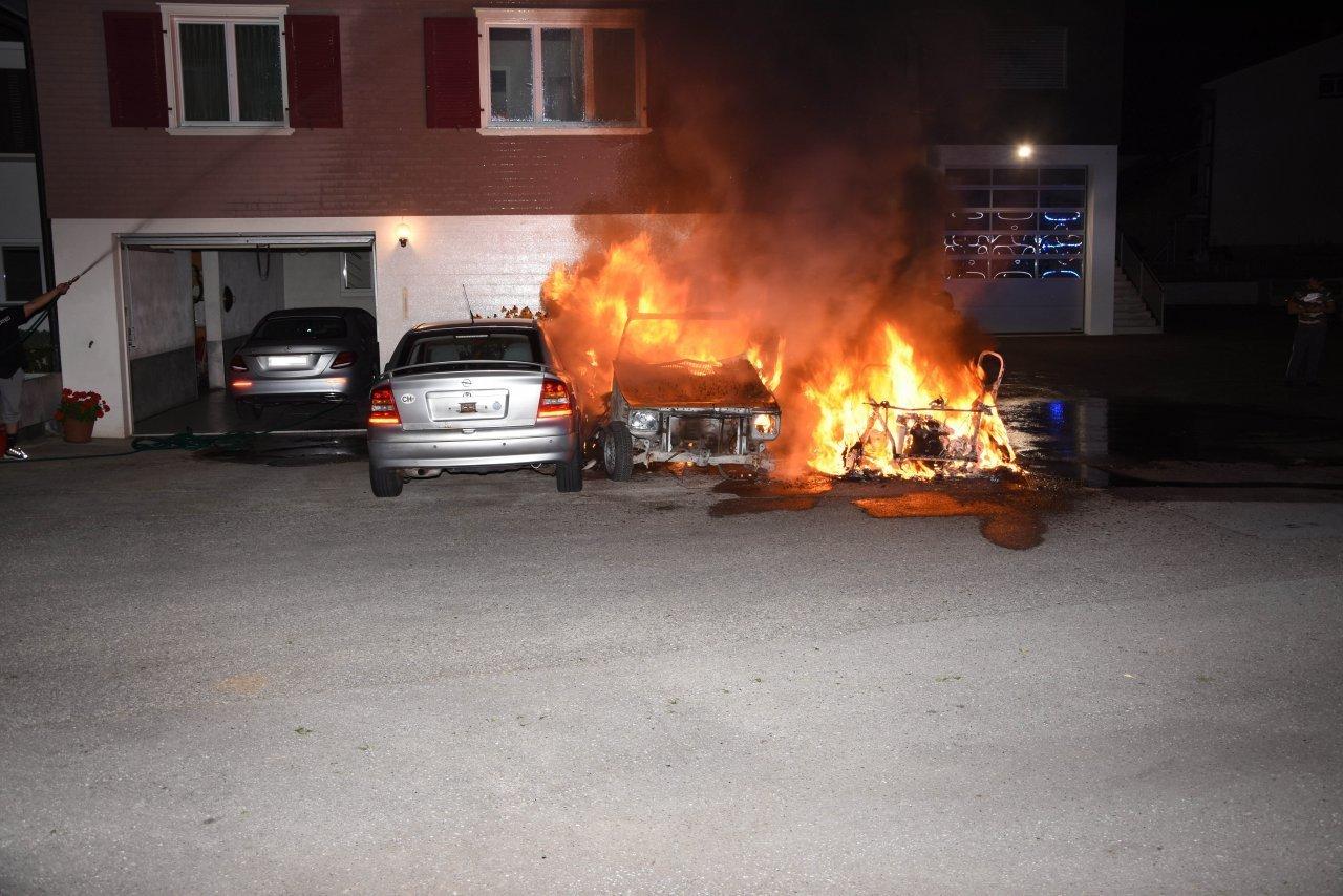 tre-auto-distrutte-dalle-fiamme