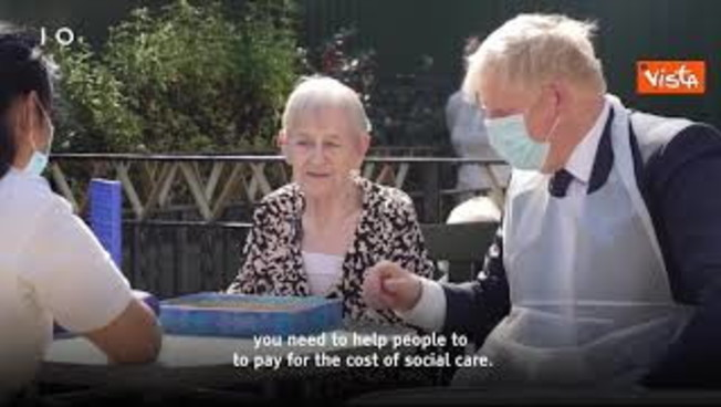 boris-johnson-aumenta-tasse-per-finanziare-ssn,-ecco-lo-spot-girato-in-una-residenza-per-anziani
