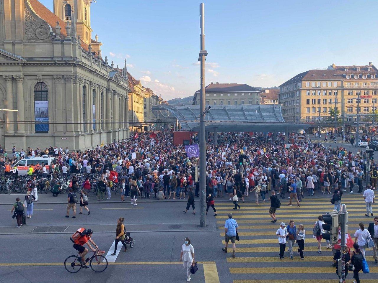 diverse-migliaia-di-persone-in-piazza-contro-l'estensione-del-certificato