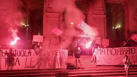 """scuola,-protesta-nella-notte-davanti-alla-sede-del-ministero:-""""si-riapre-tra-le-macerie"""""""