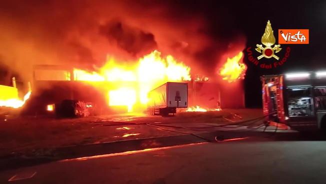 lodi,-inferno-di-fuoco:-il-deposito-di-bancali-in-fiamme