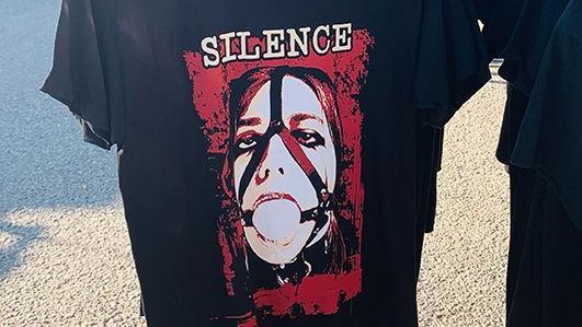 t-shirt-che-inneggiano-alla-violenza-sulle-donne-in-vendita-al-biker-fest:-esplode-la-polemica-a-lignano-sabbiadoro