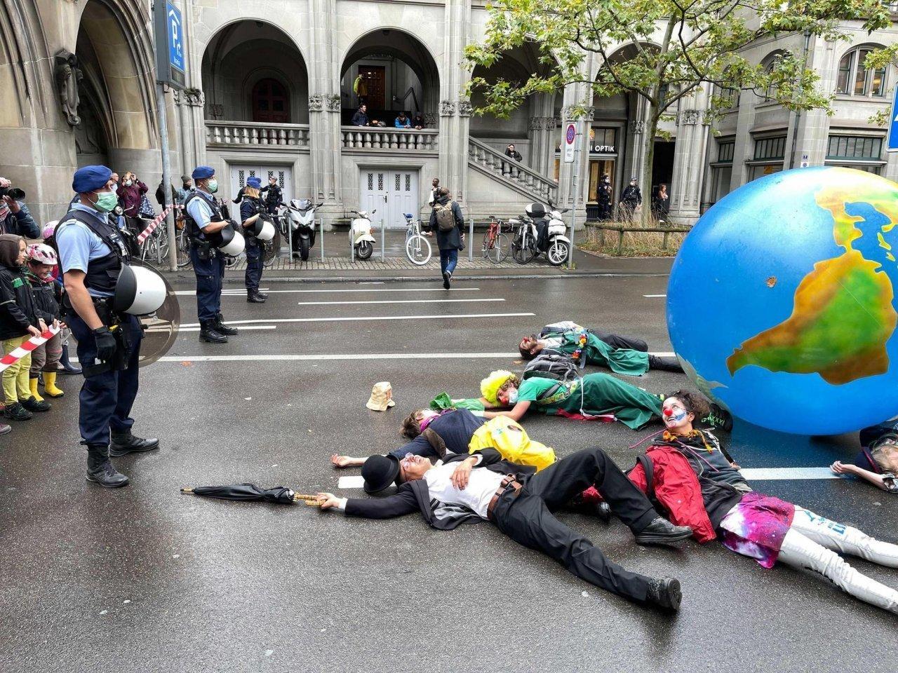 traffico-zurighese-bloccato-dagli-attivisti-per-il-clima