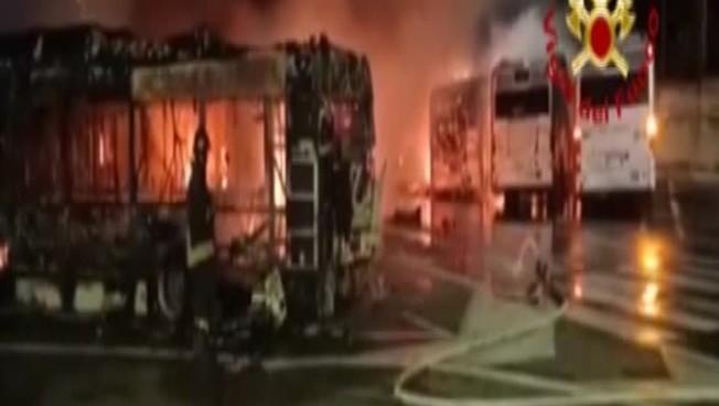 """roma,-30-autobus-in-fiamme-nel-deposito:-l'ultima-""""zampata""""-al-tempo-della-raggi"""