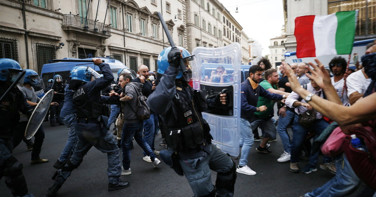 no-green-pass,-i-manifestanti-assaltano-la-cgil-e-minacciano-draghi-e-mattarella.-proteste-anche-a-milano