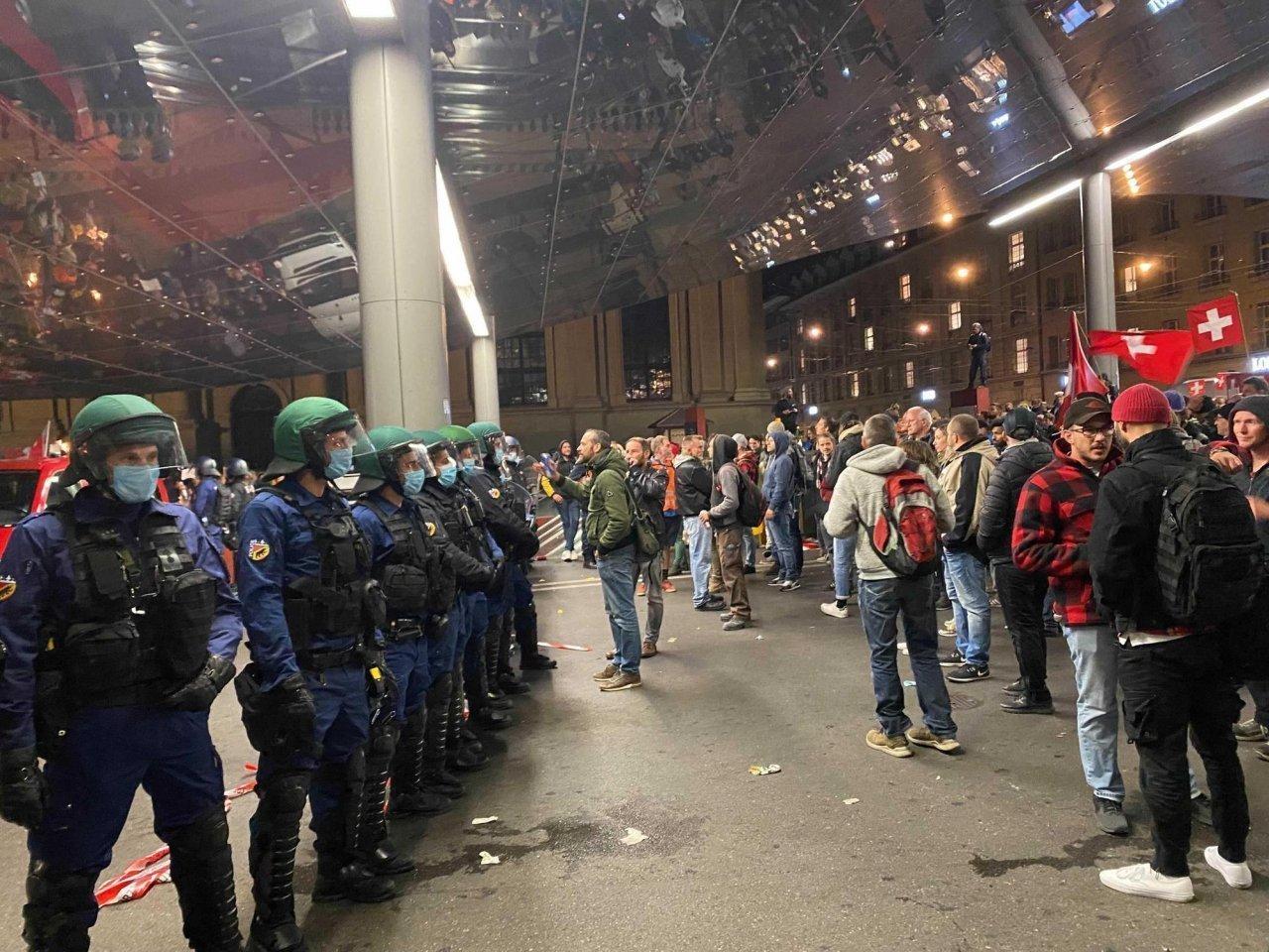 duecento-corona-scettici-in-protesta-serale