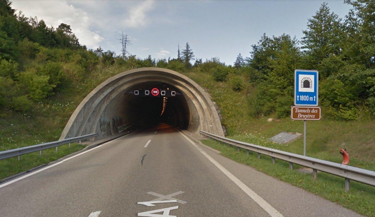 un-camion-tampona-un'auto-ferma-nel-tunnel:-tre-morti-e-un-ferito